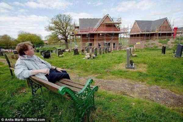 老人为父母扫墓,发现墓地3米外竟建上住宅